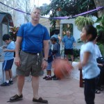 Larry helped children play basketball at the Casita Corazon family festival.
