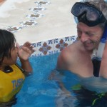 Larry gave an orientation to snorkeling skills--all in Spanish. Bueno!